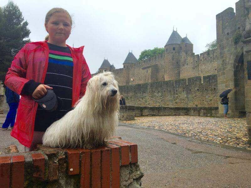 Buddy a Denisa před hradem Carcassonne