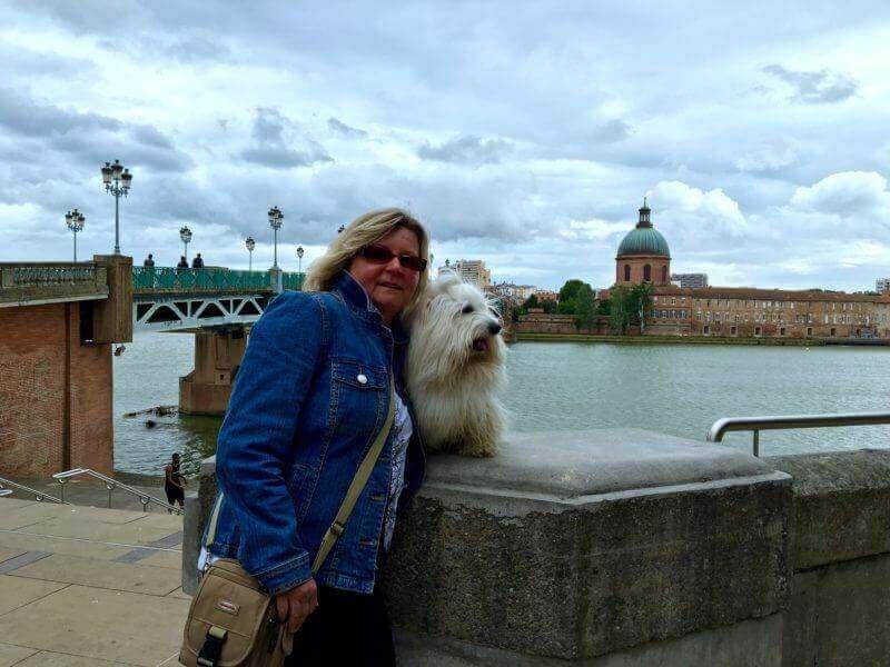 Smíťa s paničkou na podvečerní procházce Toulouse