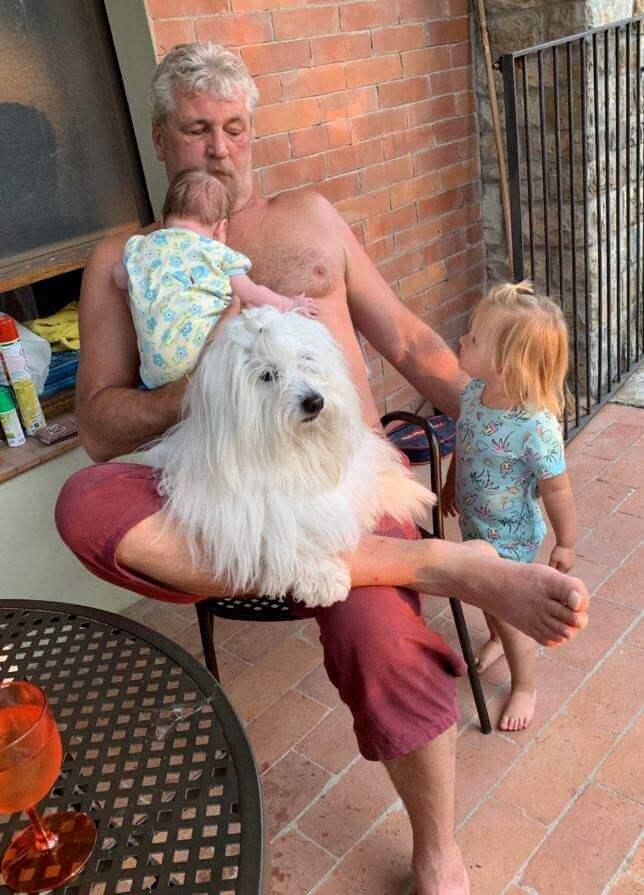 Dostat Budíka a obě dvě vnučky na jednu fotku nejde. Pokud se to povede, aspoň jeden z nich kouká jinam